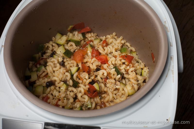 Coquillettes au multicuiseur : origan, tomates, champignons et courgette